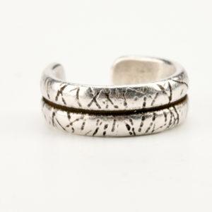 Χειροποίητο ανδρικό δαχτυλίδι σε μοντέρνο σχέδιο